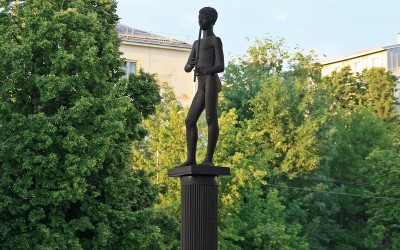 Скульптура «Мальчик с кураем»