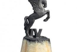 Танылған скульптор Салауат Фидаи «Көмөш Аҡбуҙат» кинофестивалендә ҡатнашыусыларҙың береһенә бүләк әҙерләгән