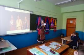 Познавательный классный час, посвященный знакомству с удмуртским  национальным костюмом